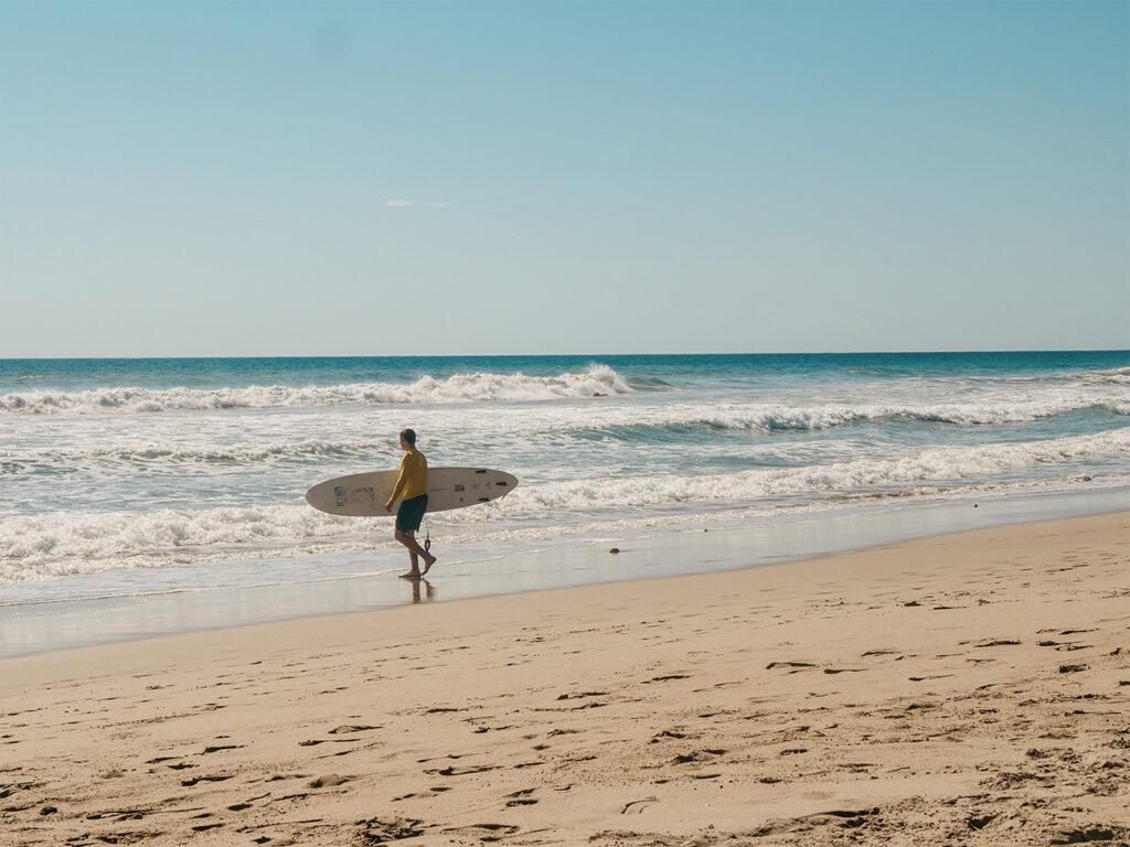 kostaryka plaże na surfing